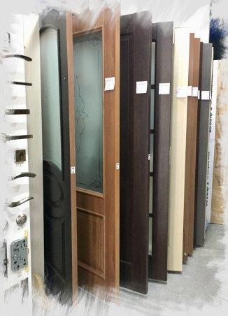 Образцы дверных полотен внутри магазина Камея